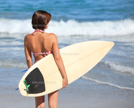 Adorable woman with her surfboardの写真素材 [FYI00484106]