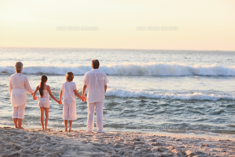 Portrait of a family beside the seaの写真素材 [FYI00484108]