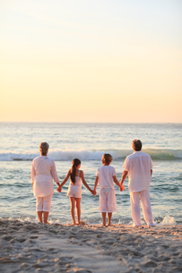 Portrait of a family beside the seaの写真素材 [FYI00484109]
