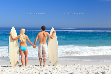 Lovers with their surfboardsの素材 [FYI00484111]