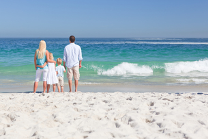 Portrait of a family on the beachの写真素材 [FYI00484114]