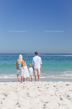 Portrait of a family on the beachの写真素材 [FYI00484115]