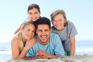 Portrait of a smiling famiy on the beachの写真素材 [FYI00484120]