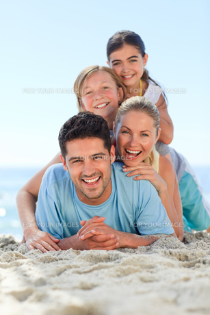 Portrait of a smiling famiy on the beachの写真素材 [FYI00484121]