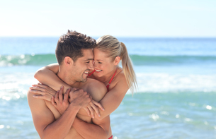 Happy lovers at the beachの写真素材 [FYI00484122]