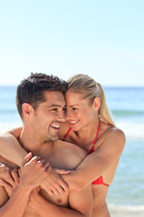 Happy lovers at the beachの写真素材 [FYI00484124]