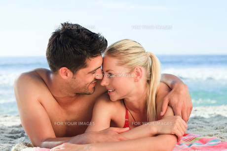 Lovers lying down on the beachの写真素材 [FYI00484126]