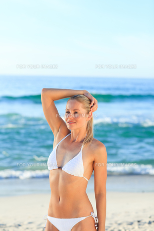 Blonde woman at the beachの写真素材 [FYI00484130]