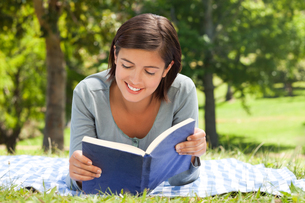 Woman reading a book in the parkの写真素材 [FYI00484135]