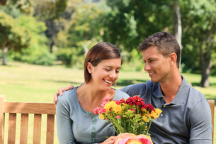 Man offering flowers to his girlfriendの写真素材 [FYI00484137]