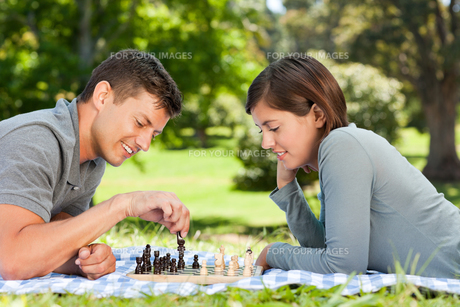 Couple playing chess in the parkの素材 [FYI00484141]