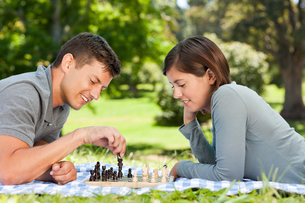 Couple playing chess in the parkの写真素材 [FYI00484141]