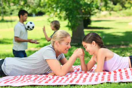 Family in the parkの写真素材 [FYI00484145]