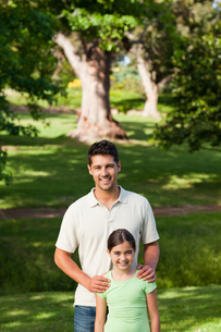 Daughter with her father in the parkの写真素材 [FYI00484151]