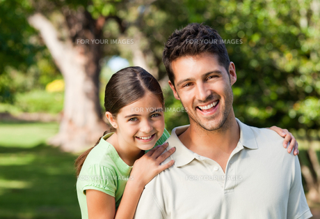 Daughter with her father in the parkの写真素材 [FYI00484152]