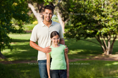 Daughter with her fatherの写真素材 [FYI00484155]
