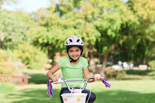 Little girl with her bike in a parkの写真素材 [FYI00484156]