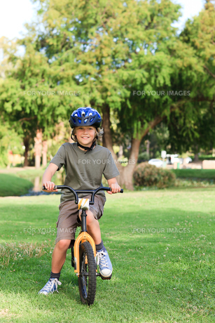 Little boy with his bike in a parkの写真素材 [FYI00484157]