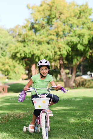 Little girl with her bike during the summerの写真素材 [FYI00484158]
