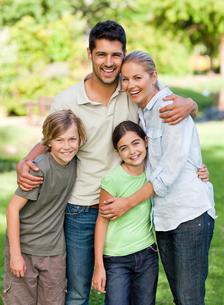 Happy family in the parkの写真素材 [FYI00484160]