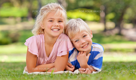 Boy with his sister in the parkの写真素材 [FYI00484166]