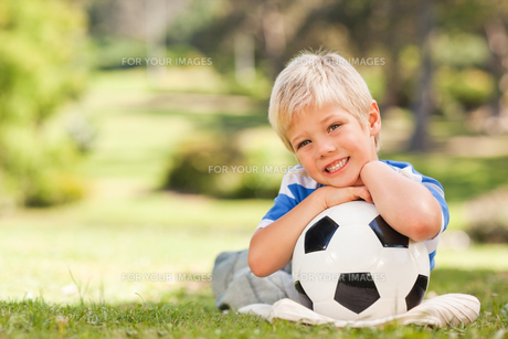 Boy with his ball in the parkの写真素材 [FYI00484167]