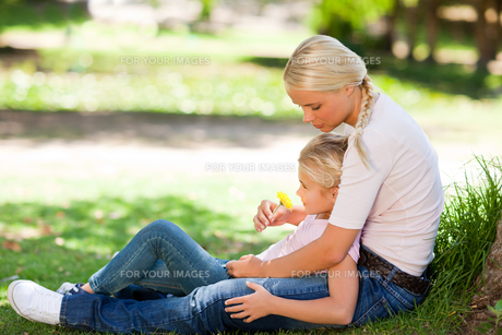 Lovely mother with her daughterの写真素材 [FYI00484171]