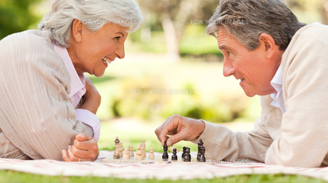 Elderly couple playing chessの写真素材 [FYI00484183]