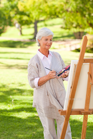 Senior woman painting in the parkの写真素材 [FYI00484187]