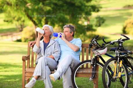 Elderly couple with their bikesの写真素材 [FYI00484188]