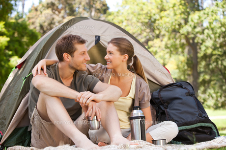 Couple camping in the parkの写真素材 [FYI00484193]
