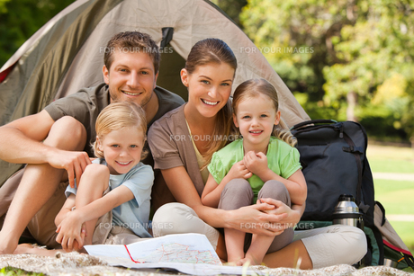 Family camping in the parkの写真素材 [FYI00484195]