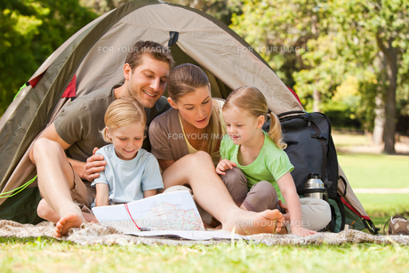Family camping in the parkの素材 [FYI00484198]