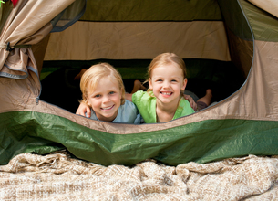 Children camping in the parkの素材 [FYI00484199]