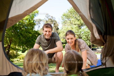 Happy family camping in the parkの素材 [FYI00484200]