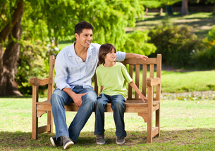 Father with his son on the benchの写真素材 [FYI00484201]