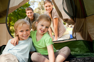 Happy family camping in the parkの素材 [FYI00484202]
