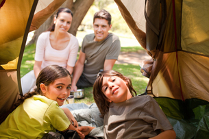 Happy family camping in the parkの写真素材 [FYI00484204]