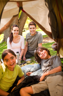 Happy family camping in the parkの写真素材 [FYI00484207]