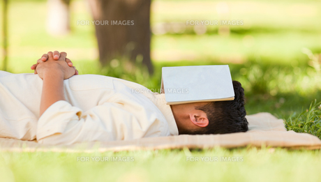 Man sleeping with his bookの写真素材 [FYI00484210]
