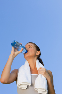Young woman drinking waterの写真素材 [FYI00484214]