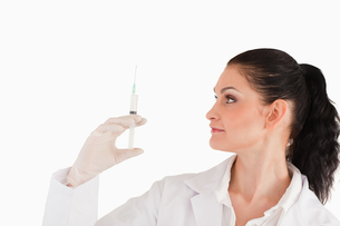 Female doctor preparing a syringeの写真素材 [FYI00484220]