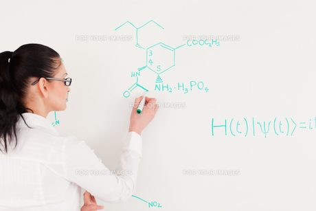 Scientist writing a formulaの写真素材 [FYI00484222]