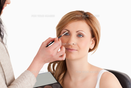 Makeup artist applying make up to a womanの写真素材 [FYI00484225]