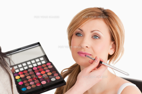 Pretty woman being made up by a make up artistの写真素材 [FYI00484227]
