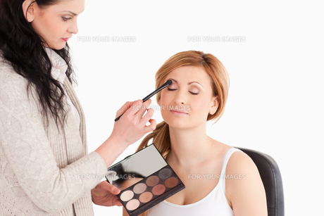 Young woman being made up by a makeup artistの写真素材 [FYI00484228]