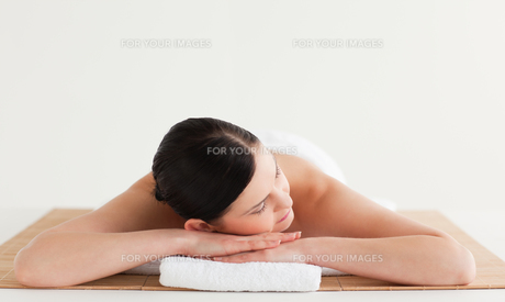 Attractive darkhaired woman getting a spa treatmentの写真素材 [FYI00484245]