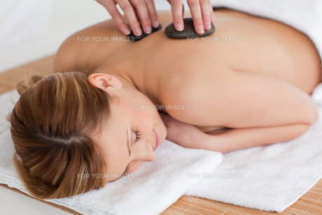 Therapist making a massage to a cute blondhaired womanの写真素材 [FYI00484246]