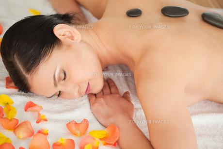 Cute brunette enjoying the procedure of massageの素材 [FYI00484247]