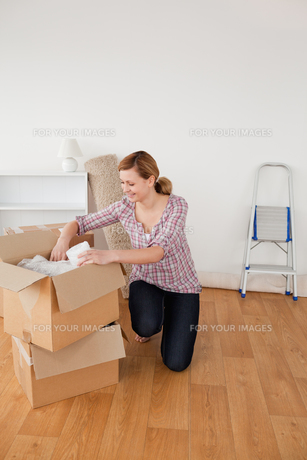 Beautiful blondhaired woman preparing to move houseの素材 [FYI00484268]